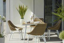 Wohnzimmer im Grünen / Rein in den Frühling, raus an die frische Luft! Kuscheln, relaxen, schlemmen, lesen: Mit diesen Ideen wird das Wohnzimmer zur Wohlfühlzone unter freiem Himmel.