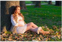 Fotografia de maternitate / O sesiune de maternitate este conceputa pentru a surprinde momentele de viata, de a arata frumusetea radianta cand in tine creste o noua viata si de a surprinde legatura ce se formeaza intre tine ca mama si copilul tau. Aceasta este una dintre sesiunile foto preferate deoarece aceasta este o combinatie de glamour si romantism. O sesiune de maternitate se poate desfasura in studio sau poate avea loc intr-o locatie aleasa de comun acord.
