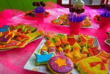 Mesas Dulces / Aquí pondré un poco de nuestras realizaciones para Eventos infantiles sobre Mesas de dulces en las cuales hicimos Feliz a muchos niños!!