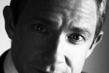 Мартин Фримен (Martin Freeman) / Родился в городе Олдершот (Aldershot), в английском графстве Хэмпшир. Был самым младшим после трёх старших братьев и сестры в семье Джеффри, морского офицера, и Филомены Р. Норрис. Родители развелись, а когда Мартину было 10, отец умер от сердечного приступа.  Фримен окончил среднюю римско-католическую школу в городе Чертси в Суррее, потом учился в Центральной школе сценической речи и драматического искусства в Лондоне. С 15 лет играл в молодёжном театре, но решил стать актёром через пару лет