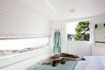 Inredning / Sommarnöjens hus kännetecknas av en tidlös interiör med vackra material i harmoniska färgskalor.
