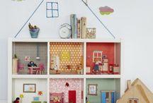 estantería transformada en una casa de muñecas