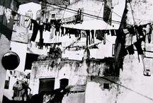 Mario Giacomelli / Fotografo italiano, su trabajo es basicamente en blanco y negro. En su obra es una parte fundamental el medio rural. Estuvo muy influenciado por Giuseppe Cavalli uno de los fundadores del grupo la Bussola, de hecho se uniría a un grupo formado por este posterior llamado Associazone Fotografica Misa.