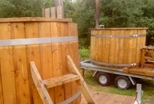 Wooden hot tub rental / Wooden hot tubs for rent all over Denmark.  You can leave the wooden tub on the trailer - just fix the four poles to the ground and fill the tub with Water.