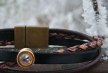 Armbänder schmal / Schmale Armbänder, aus verschiedenen Lederriemen verspielt geflochten.
