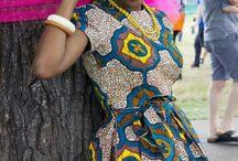 Afrykańska moda / Wzorzyste afrykańskie tkaniny wcale nie są afrykańskie. To pochodna indonezyjskich batików, które trafiły na kontynent za sprawą europejskich kompanii handlowych.