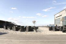 Strandklubber / Om sommeren er det her man ønsker at befinde sig. Både når solen og månen er på himlen!