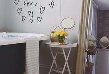 Vinilos decorativos / Otra de las alternativas más utilizadas en decoración de hogares. De mil formas y colores, de mil temáticas y tamaños. Los vinilos decorativos son imprescindibles para darle un toque customizado y personal a tus paredes o muebles. ¿Te atreves con ellos?