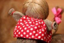 Народная игрушка / Народная игрушка - это способ воспитания детей, который был всегда и у всех народов.  говорят, во что играет ребёнок, тем он и вырастет.  Раньше с помощью игрушки  показывали в игре мироустроение, семейные традиции и уклады, показывали различные  обряды и праздники, которыми жил народ. Дети не изучали это в школах, как что-то отстранённое, а впитывали с молоком матери и через те игрушки, которые делили им бабушки и дедушки, мамы и папы, сестра и братья.