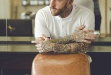 Tatooed Barbers / Des airs de mauvais garçons, les traits marqués et le cuir parcouru d'inextricables tatoos, d'un frisson d'aventure. Monsieur Barbier lui ne vous tatouera pas, mais à coup sûr il vous rasera, nickel chrome, sur : www.MonsieurBarbier.com