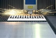 Werkstatt Einblicke / Fertigung · Schleifen, Polieren, Sonderanfertigungen - Phos Design Beschläge und Produkte sind klar und eindeutig in ihrer Funktionalität und werden von Hand geschliffen. Sie sind gestaltet in bester Qualität in Material und Verarbeitung und werden beständig weiterentwickelt.