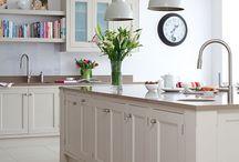 Klassische Küchen / Früher war so manches besser. Am schönsten ist es aber, wenn man alt und neu kombiniert - zum Beispiel den klassischen Küchenlook mit den neuesten Geräten und Raffinessen.