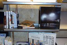 Acércate a conocer la Sección... / Expositor permanente situado en la primera planta de la Biblioteca, junto al Escaparate.