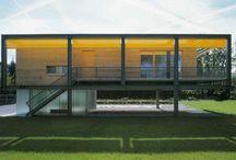 Madera | Acero | Cristal / Vivienda modular revestida en madera, soportada con vigas de acero y con cochera acristalada.