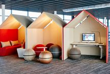 """De Hut / De Hut, geinspireerd uit het klassieke spel """"Monopoly"""". Een room-in-room akoestisch hutje geschikt voor diverse doeleinden; individuele werkplek, stilte/concentratiewerkplek, relaxruimte (in combinatie met De Hut Sofa) etc."""