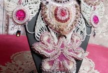Bijoux Victoriens / Mode et tendance en font un tout. Une époque où les femmes adoptent une mode très particulière où tout est permis mais une mode féminine tellement belle.