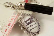 Cadeau original et personnalisé pour mamie / Chat Pristy vous propose tout un assortiment de bijoux et accessoires faits main, des créations originales et personnalisables que l'on peut offrir en cadeau à sa grand-mère. Vous trouverez par exemple des bijoux de sac, des porte-clefs avec toujours un médaillon avec un message personnalisé pour les mamies; mamie d'amour, super mamie ou mamie qui déchire. C'est selon comment est votre grand-mère, évidemment. N'hésitez pas à me dire quel message vous voudriez en bijou pour vos grands-mères.