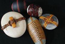 Pietre colorate con inserti e animali di pietra