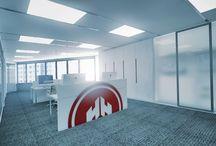 Oficinas Sede HIMOINSA Singapur / Diseño de reforma e interiorismo de planta existente en edificio de gran altura, adaptándolo a la imagen y necesidades corporativas del grupo. Distribuidas en recepción, zona de trabajo, archivos, despachos y office.