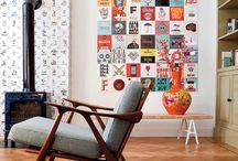 Collage en paredes / Las paredes de nuestro hogar pueden llegar a ser muy versátiles y soporte de muchas ideas. Una técnica para decorar y vestir los muros es el collage, técnica que se ha vuelto muy popular. Puedes decorar con fotografías familiares, con marcos, colores, temáticas, conceptuales, etc., existe una infinidad de alternativas para darle vida a tus muros. Te dejamos algunas, para que te animes y realices en tu hogar.