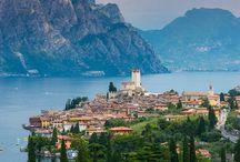 Gardasee - so schön bist du! / Mit ca. 51 km Länge und etwa 17 km Breite ist der Gardasee der größte See Italiens. Er liegt im Norden des Landes am Rande der Alpen. Aufgrund des milden Klimas gedeiht dort eine mediterrane Vegetation mit vielen Palmen, Oleandern, Olivenbäumen und Zypressen. Im Norden umgeben den See hohe Berge, im Süden wird die Landschaft hügeliger. Für die meisten Gäste bedeutet Urlaub am Gardasee Sport, Schlemmen und gute Weine sowie italienisches Lebensgefühl.