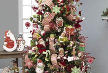 Στολισμένα χριστουγεννιάτικα δεντρα