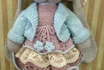 связанные крючком игрушки и связаная крючком кукольная одежда.