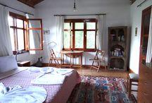 Гостевой дом с уютными номерами / Двухэтажный гостевой дом с уютными номерами: семейный и двухместные. В каждом номере находится балкон или терраса.