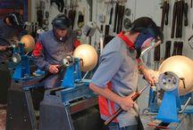 Гленн Лукас / Гленн  Лукас всемирно  известен благодаря своему обширному опыту работы на токарном станке  и умению передавать  свои знания  и умения ученикам. Он  гармонично    сочетает  производство    классических  чаш  из  природного ирландского  дерева  (с  1995  года)  с  обширной программой  обучения    в  его центре «Woodturning Study Centre» в графстве  Карлоу (с 2005 года)