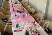 Výzdoba stolu. Holčičí narozeniny / Pro dívčí narozeniny jsme vytvořili stromečky z gerber a chryzantém, stolní aranžmá z růží, alstroemérií, gerber, gypsofily a chryzantém