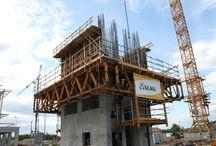 Centrum Kongresowe Targów Kielce / W grudniu 2010 r. rozpoczęła się budowa Centrum Kongresowego Targów Kielce. W ramach inwestycji powstaje 4-kondygnacyjny budynek z parkingiem podziemnym, mogący pomieścić ponad 1000 osób, przy budowie którego zastosowane zostały systemy deskowań ULMA. Budowa obiektu ma być zakończona w połowie 2013 r. Najciekawszym elementem inwestycji będzie 44-metrowa wieża widokowa z salą bankietową, do realizacji której nasza firma przygotowała rozwiązanie z zastosowaniem systemu samowznoszącego ATR.