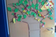 Strom podle ročních období / Strom samotný je vyřezaný z kartonu. Listy a další dekorace obměňujeme podle ročních období.