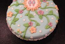 Fondanttaart! / Een heerlijke zelfgemaakte fondanttaart! Gemaakt met spongecake, jam, room en fondant. Erg leuk om klaar te maken en ook om op te eten...