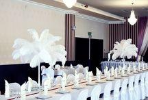 Dekoracje strusimi Piórami / Galeria zdjęć przedstawiająca dekoracje strusimi piórami w podświetlanych wazonach