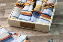 Serviettes de table / Nous présentons des serviettes en 100% coton ou en métis . Pour orienter votre choix sachez que nous avons privilégié la qualité pour ces deux types de produits et sur ce point, les niveaux d'exigence qualité ont été soigneusement contrôlés.