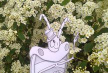 Hans im Frühling / Endlich Frühling! Hans die Wanze ist aus der dunklen Mauerspalte herausgeklettert und freut sich an der blühenden Natur.