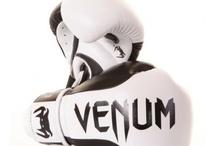 Kampsportsudstyr / Kampsporstudstyr finder du hos www.mmashop.dk MMA Shorts, Thai Pads, Rashguards og meget mere.