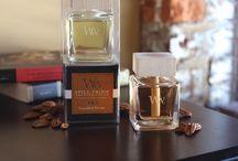 WoodWick - Perfumy do Wnętrz / Innowacyjne i eleganckie perfumy do wnętrz WoodWick. Idealne do bezpiecznego aromatyzowania przestrzeni domowych - dzięki zastosowaniu rewolucyjnego systemy olejki zapachowe nie rozleją się na powierzchnię. Specjalny naturalny knot pobiera olejki do drewnianej pokrywki, która rozprzestrzeni Twój ulubiony zapach bez obawy przed rozlaniem.