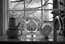 """Donald Norman teáskannái / Donald Norman """"Emotional Design"""" című könyvében arra a kérdésre próbálja megtalálni a választ, hogy az emberek, miért szeretnek, vagy éppen utálnak tárgyakat. Könyvét pedig egy személyes példával kezdi, még pedig különleges teáskannáinak bemutatásával. Három kannát mutat be: a dönthetőt, a lehetetlent és a Nanát."""