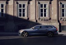 V90 / Lo más impresionante en un lujoso y moderno Station Wagon. Todas las motorizaciones te proporcionan una excelente experiencia de conducción. Todos emplean la tecnología Drive-E de Volvo para maximizar la potencia y minimizar las emisiones, y cada uno ofrece el rendimiento de un motor más grande con la eficiencia de un 4 cilindros.