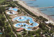 Parco Acquatico  / Il Centro Vacanze Pra' delle Torri dispone di un grande gruppo piscine: parco acquatico per bambini, piscina olimpionica, piscina semi olimpionica, isola dei Pirati, giochi d'acqua e scivoli.