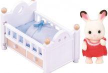 Sylvanian Families Zestaw z Dzieckiem Królików z Czekoladowymi Uszkami (Łóżko Dziecięce) / Wyjątkowe zabawki dla dzieci marki Sylvanian Families
