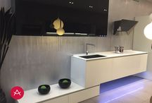 Cocina Aspen de exposición / Cocina en vidrio templado blanco y negro.