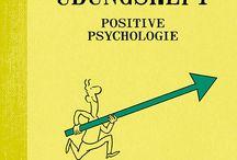 Positive Psychologie / Ist das Glas halb leer oder halb voll? Die positive Psychologie lehrt uns, unsere Aufmerksamkeit nicht auf Probleme zu richten, sondern die Pluspunkte im Leben zu sammeln: positive Gefühle, Engagement, Verbundenheit mit anderen, Selbstwirksamkeit. Gute Laune und ein neues Lebensgefühl sind damit fast schon vorprogrammiert. ISBN 978-3-95550-095-5 Das kleine Übungsheft Positive Psychologie
