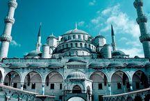 Estambul / Capital del imperio Romano de Oriente y del imperio Bizantino cuenta con una de las mayores riquezas culturales del globo. Monumentos como Santa Sofía y la Mezquita Azul, recorrer el Bósforo en barco o visitar el Gran Bazar harán de este viaje una experiencia inolvidable.