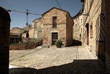 Alteta / Paese piccolissimo nell'entroterra della Marche, non molto lontano dalla costa. C'è una sola entrata nell'unica piazza formata dalle case messe in circolo nello stesso spazio che un tempo era occupato dalle mura.