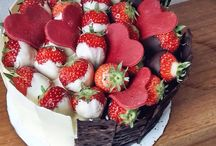 Pure black and white chocolate cake topping witj strawberries #colourfulcakes #cakes