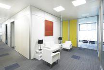 Projects: Beesion / Ofita colaboró en el amueblado de la nueva sede de Beesion Technologies en España, una oficina moderna con espacios de trabajo flexibles y colaborativos, junto a GSM ARQUITECTOS.  Predominan las zonas operativas no territoriales en las que las taquillas sustituyen a las zonas de archivo, y mamparas con triple funcionalidad.