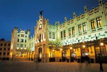 Valencia / La puerta de España al Mediterráneo. Pocas ciudades como Valencia son capaces de hacer convivir tan armónicamente los restos de su pasado más remoto, con las edificaciones más innovadoras y vanguardistas. Valencia es comercio y cultura, cine, teatro, museos, música, negocios.