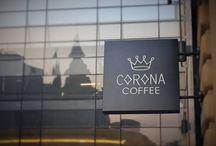 Corona Coffee / Corona Coffee – Jesteśmy polską marką sieci kawiarni, stworzoną z pasji do włoskiej kultury espresso, na gruncie wiedzy o kawie, i budowaną w oparciu o doświadczenie. Naszym najcenniejszym kapitałem jako twórców marki Corona, jest doświadczenie zdobyte przy tworzeniu i zarządzaniu największą siecią kawiarni w Polsce i Europie Środkowo-Wschodniej. Tym samym tworząc projekt Corona, wybraliśmy dziedzinę, którą od lat doskonale znamy.